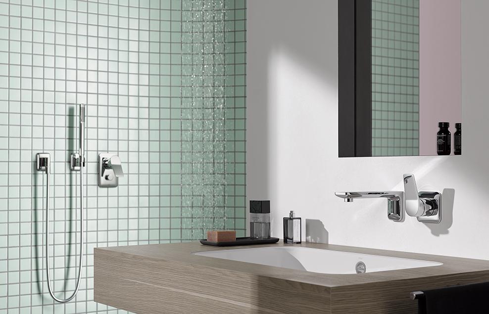 Dornbracht Lissé umfasst rund 25 Armaturen und Accessoires für alle Anwendungsbereiche im Bad, wie beispielsweise eine Wandvariante für den Waschtisch in Kombination mit einer Regenbrause und Stabhandbrause für die Dusche.