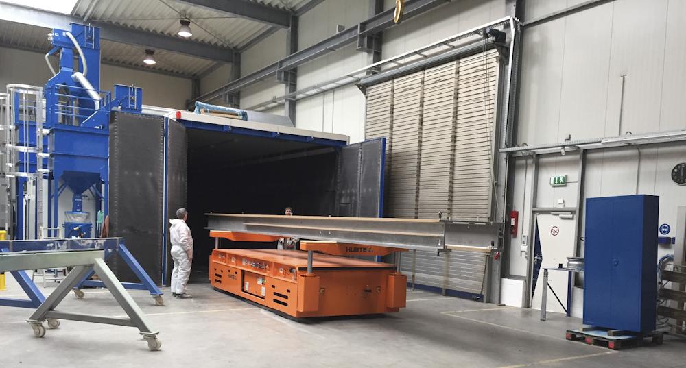 Ein Kranteil wird in die neue Strahlkabine der FUCHS Oberflächentechnik verbracht.