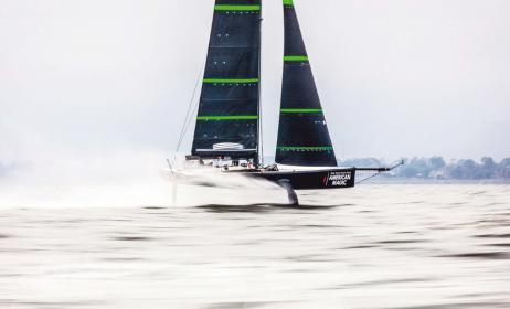 Gleiten über das Wasser. Die Kohlefaseryachten sind 23 Meter lang und wiegen nur knapp 650 Kilogramm. Segelfläche am Wind: 235 Quadratmeter.