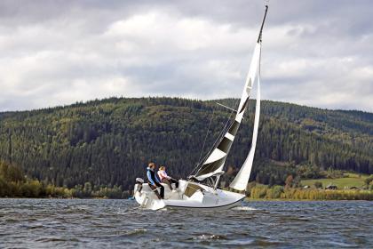 Der nur 5,50 Meter lange Minikreuzer macht eine gute Figur auf dem Wasser.