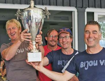 Stolze Siegercrew (links Rolf Winterhalter) präsentieren den Silberpokal für den Regattasieg auf dem Bodensee.