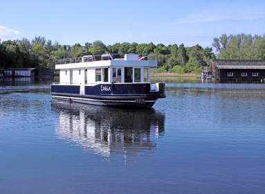 Nirgendwo empfindet man die Entschleunigung vom Alltag so intensiv wie auf einem Hausboot in der Abgeschiedenheit einer idyllischen Bucht.