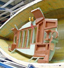 Bootsbau bei Bavaria: Bodenelemente zur Verstärkung des Rumpfes gehören zur Modernisierung und Qualitätsverbesserung bei Bavaria. Die Boote vom Fließband präsentieren sich in hoher handwerklicher Bauqualität.