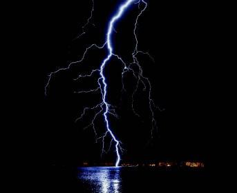 Blitzeinschlag auf dem Meer bedeutet eine erhebliche Gefahr für Menschen auf Booten und Yachten.