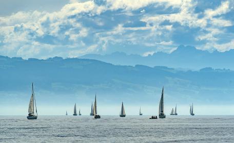 Viel Betrieb auf dem Bodensee. Segler wollten nach dem Lockdown aufs Wasser. Oben: Fertig gebaute Boote bei Bavaria. Die Produktion zog an – mit Lieferzeiten bis 2021.