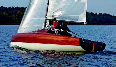 L 28 ist ein Jollensegler der besonderen Art aus der Feder von Konstrukteur Martin Menzer von Berckemeyer Yacht Design.