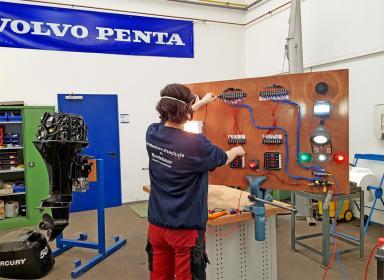 Während der Ausbildung zum Bootsbau-Techniker wird auch neueste Bootstechnik berücksichtigt.