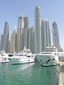 Gut belegter Messehafen vor den Hochhäusern Dubais. Der DBSV–Stand war auf dem Hafenvorfeld gut platziert.