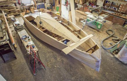 In der Yachtwerft Jürgen Landolt entsteht ein außergewöhnliches 7,50 Meter langes Segelboot aus europäischen Edelhölzern