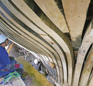 """Neue Spanten brauchte der Lotsenschoner """"No.5 Elbe"""", insgesamt über 550 Meter gewachsene Eichenspanten."""