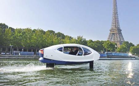 SeaBubbles-Test auf der Seine in Paris. Ab rund sieben Knoten Fahrt erhebt sich das neue Wassertaxi aus dem Wasser und gleitet auf seinen Foils energiesparend über das Wasser.