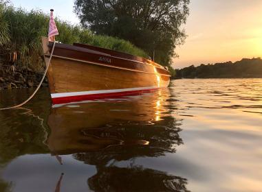 """Tuckerboot """"Anna"""", Baujahr 1928, ist heute durch das handwerkliche Engagement von Multiplex- Chef Jan Reiners wieder in Bestform."""