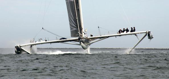 """""""Hydroptère"""": Für Rekorde und Regattasiege. Die klassischen Foils bei Mehrrumpfbooten lassen die Rümpfe über das Wasser schweben."""