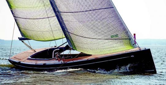 Yachtheck und fast gerader Steven: Seitenansicht der von judel/vrolijk & co konstruierten Flax 27.