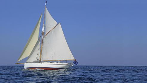 Der Kutter weist durch das Gaffelrigg eine große Segelfläche am Wind auf, die durch die Aufteilung in vier Segel einfach zu bedienen ist.