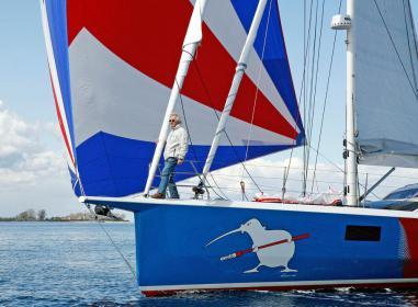 Ein Mann und sein Boot: Die Finot- Conq FC3 53 ist 5,26 Meter breit, 17,33 Meter lang, hat einen fast geraden Steven und ist eine Rennziege zum Reisen.