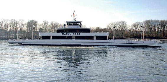 Die neue Rheinfähre der Lux Werft bietet Platz für 600 Passagiere und 42 Autos. Die Tragfähigkeit beträgt 200 Tonnen.
