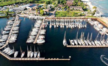 Blick auf das Betriebsgelände und den Hafen der Yachtwerft Klemens.