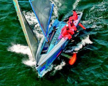 Die Neigekieltechnik muss in der Regel mit einem Steckschwert erweitert werden, damit die Seitenkrafterzeugung erhalten bleibt. Hier deutlch zu sehen: die Sail Ovation des Konstrukteurs von Ahlen.