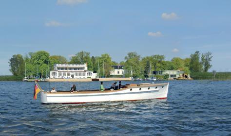 """Die """"Ajax"""" in Bestform nach der Restaurierung präsentiert wieder die klaren Linien einer Backdeckyacht von der Yachtwerft Claus Engelbrecht, Baujahr 1926."""