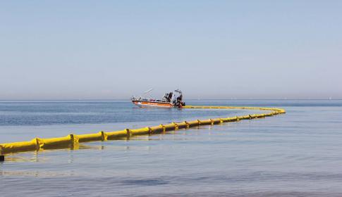 Ölbeseitigung auf dem Wasser erfolgt mit speziellen Schläuchen.