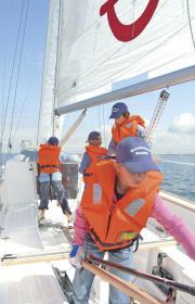 """Das Schulboot """"team acht"""" bringt der jungen Crew jede Menge Spaß"""