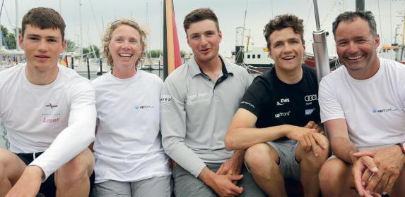 Die Kohlhoffs von links: Johann (Laser), Melanie Kohlhoff-Horstmann (J/70), Max (Finn), Paul (Nacra 17) und Peter Kohlhoff (J/70). Paul segelte mit Carolina Werner (oben) im Nacra 17 auch auf der Olympiade in Rio.