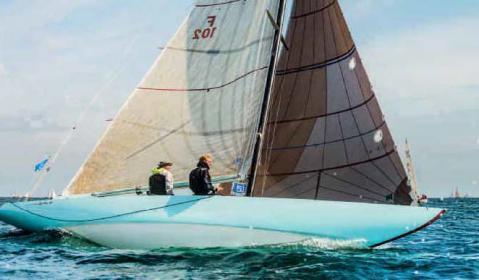"""Restaurierungspreis für die hellblaue 6mR-Yacht """"Elghi II""""."""