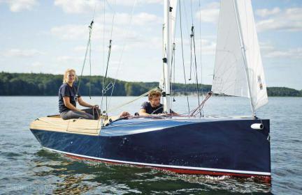 Das Cockpit präsentiert sich besonders ergonomisch und ist mit Flexiteek ausgelegt. Das Einsteigerboot für sportliche Jollensegler eignet sich auch als modernes Schulungsboot.