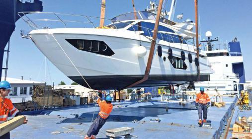 Schwebende Yachten: die PM Shipping & Brokerage GmbH hat sich auf den Schiffstransport von Yachten spezialisiert.