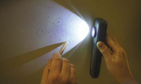 UV-Licht zeigt die Blasen. Das neue, einfache Verfahren hat Florian Brix von der Firma Peter Wrede Yacht Refits entdeckt.