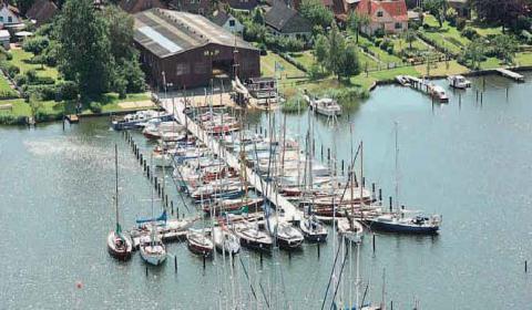 Blick auf den ursprünglichen Yachthafen inklusive Werfthalle