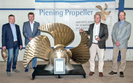 Gruppenbild zur Zertifizierung des neuen umweltschonenden Piening Propellers mit geschäftsführendem Gesellschaftler Mathias Pein (zweiter von rechts).
