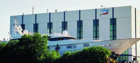 Eine große Yacht auf der Slipanlage neben der Werfthalle von Gebr. Friedrich