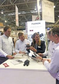 Renate Specht von Fuji bei einer Produktpräsentation bei Pfeiffer Marine.