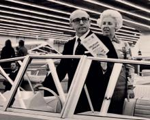 Das Ruder schon einmal in der Hand: Motorbootkauf auf der boot 1970. Historisches Pressebild des Veranstalters – damals noch in schwarz/weiß.