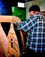 Ausarbeitung einer Spornung am Steven eines Holzneubaus in der Werft von Jörn Niederländer