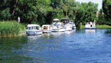 Idyllischer Anleger am Schleusenkanal Himmelpfort in Brandenburg