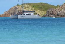 Skipperin Mareike Guhr freut sich auf eine Coronafreie Zeit, in der sie wieder mit ihrem Katamaran Chartergäste durch die Karibik segeln kann.