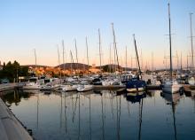 Charteryachten in einem Mittelmeerhafen