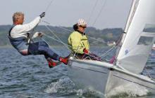Rasantes Trapezund Regattasegeln auch für die ältere Generation: das sportliche, aber einfach zu beherrschende Kielboot Dyas macht es möglich.