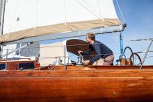 Bootsbaumeister Jan Brügge (an der Winsch seines neuen Bootes) hat sich ziemlich spontan entschieden, die 1970 bei de Dood gebaute klassische Holzyacht zu kaufen.