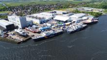 Blick auf die Fassmer Werft in Berne/Motzen an der Weser mit mehreren Neubauten an der Werftund Ausrüstungspier.