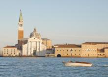 Ein venezianisches Wassertaxi vor der Kulisse Venedigs