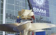 Traditionell weist ein großer Schiffspropeller, der von der Mecklenburger Metallguss GmbH angeliefert wurde, den Weg zur Messe. Der Propeller mit festen Flügeln wurde per Tieflader angeliefert und vor Ort fertig montiert.