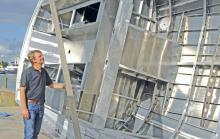 Werftchef Eeuwe Kooi begutachtet die Rumpfinnenseite.