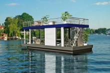 Selbstfahrendes Hausboot mit bester Aussicht auf die Landschaft.