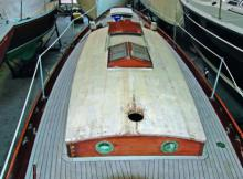 Leinendecks, viele Jahrzehnte Standard im Bootsbau, neigen im Laufe der Zeit zu Rissbildungen.
