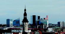 Die Silhouette von Tallin mit modernen Hochhäusern