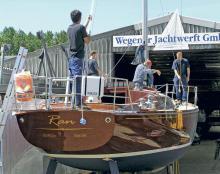 Klassiker der Wegener Werft in Hamburg an der Elbe. Die edlen Yachten aus Holz fallen beim Segeln und in jedem Hafen positiv auf und sind begehrte Einzelbauten.